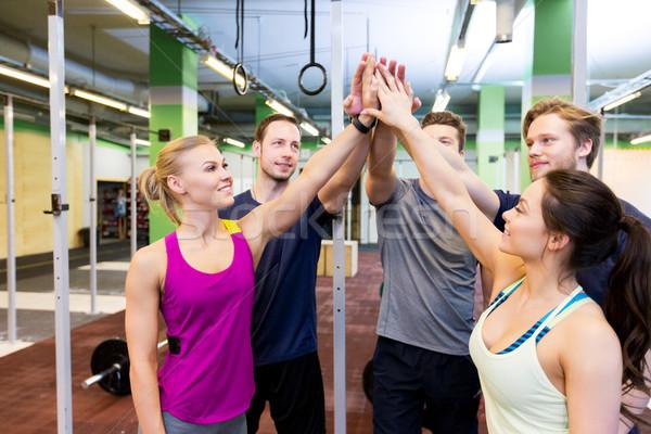 Grupo feliz amigos máximo de cinco gimnasio Foto stock © dolgachov