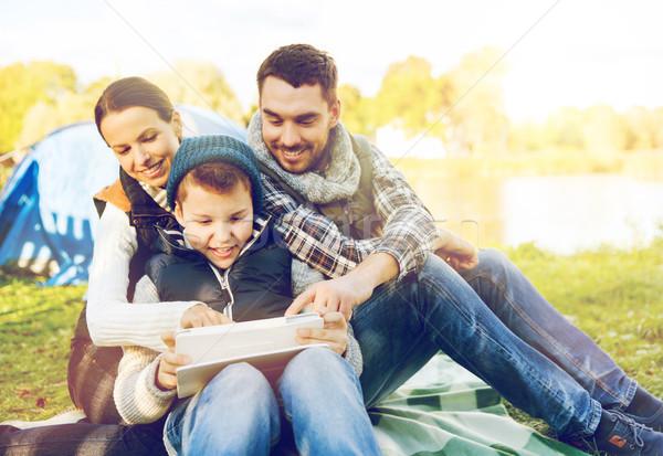 Szczęśliwą rodzinę namiot obozu turystyki Zdjęcia stock © dolgachov