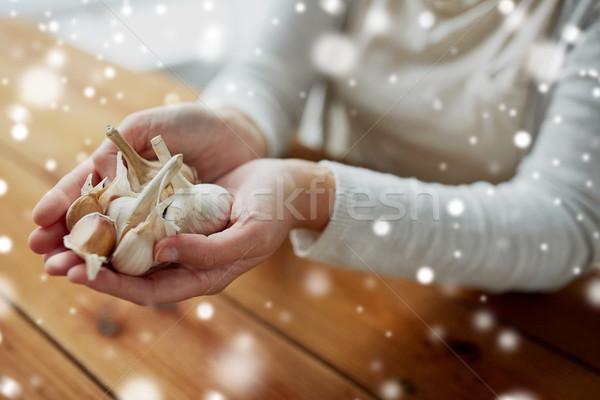 Mulher mãos alho saúde pessoas Foto stock © dolgachov