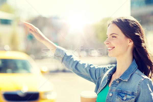 Heureux jeune femme potable café rue de la ville geste Photo stock © dolgachov
