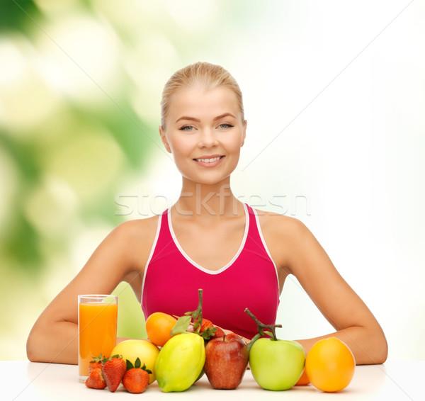 Mosolygó nő bioélelmiszer gyümölcsök asztal fitnessz egészségügy Stock fotó © dolgachov
