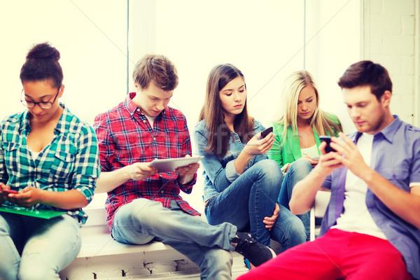 Stock fotó: Diákok · néz · eszközök · iskola · oktatás · internet