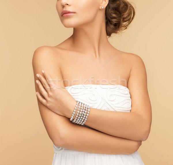 Femeie frumoasa perla cercei bratara frumuseţe bijuterii Imagine de stoc © dolgachov