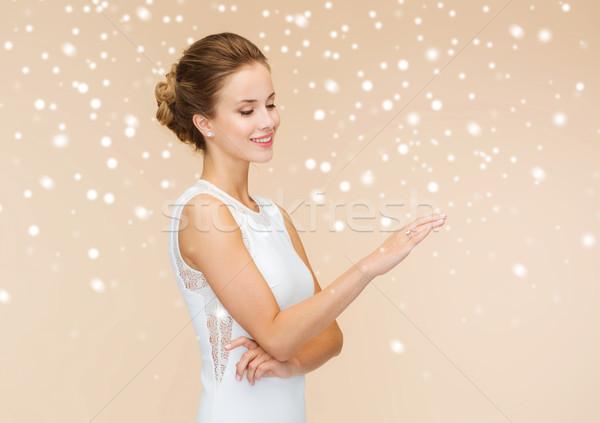 Femme souriante robe blanche bague en diamant vacances célébration mariage Photo stock © dolgachov