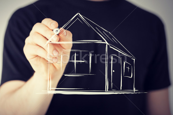 Hombre dibujo casa virtual Screen inmobiliario Foto stock © dolgachov