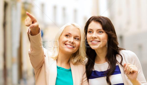 Lányok bevásárlótáskák vásárlás turizmus gyönyörű divat Stock fotó © dolgachov