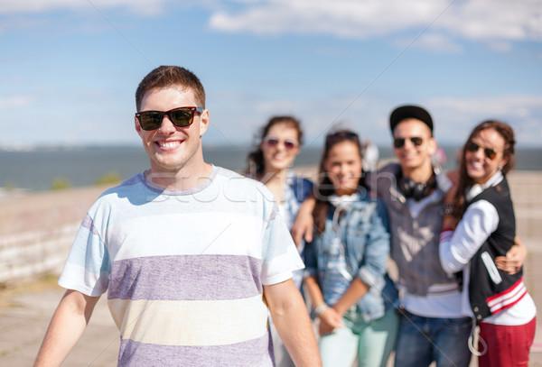 Tizenéves fiú napszemüveg barátok kívül nyár ünnepek Stock fotó © dolgachov