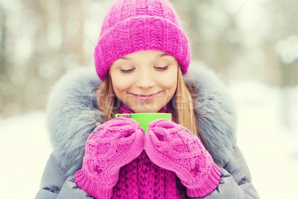 商業照片: 微笑 · 年輕女子 · 杯 · 冬天 · 森林 · 季節
