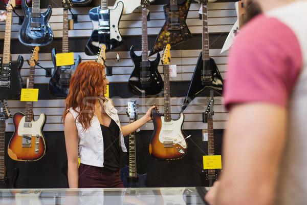 Assistent tonen klant gitaar muziek store Stockfoto © dolgachov