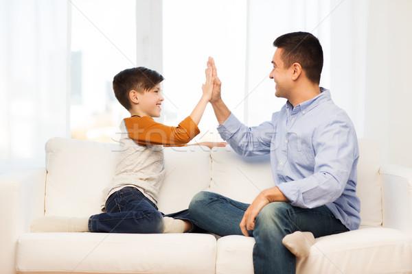 Feliz hijo de padre máximo de cinco casa familia gesto Foto stock © dolgachov