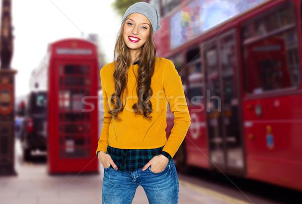 Gelukkig jonge vrouw teen Londen straat mensen Stockfoto © dolgachov
