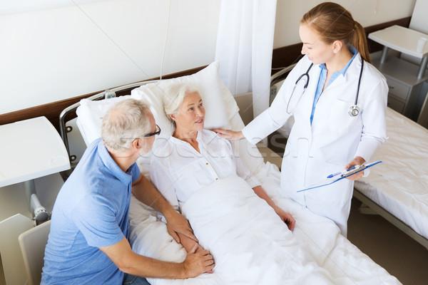 Altos mujer médico portapapeles hospital medicina Foto stock © dolgachov