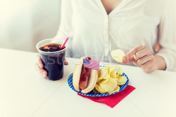 Kobieta jedzenie chipy hot dog cola Zdjęcia stock © dolgachov