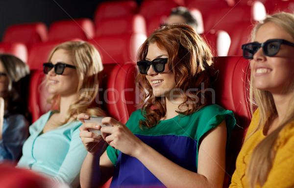 Gelukkig vrouw smartphone 3D film theater Stockfoto © dolgachov