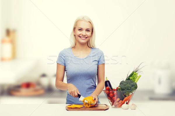 Mosolyog fiatal nő tapsolás zöldségek konyha egészséges étkezés Stock fotó © dolgachov