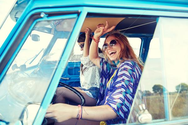 Sonriendo jóvenes hippie mujeres conducción Foto stock © dolgachov