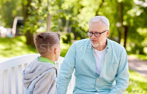 Grand-père petit-fils parler été parc famille Photo stock © dolgachov