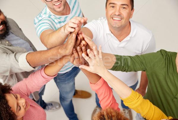 Internationaux groupe de gens high five diversité course Photo stock © dolgachov