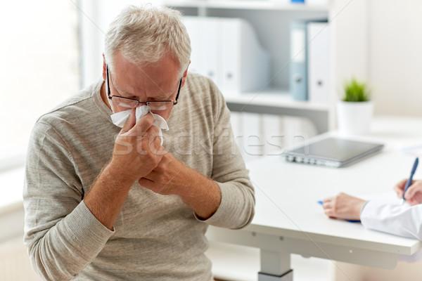 Altos hombre sonarse la nariz servilleta hospital medicina Foto stock © dolgachov