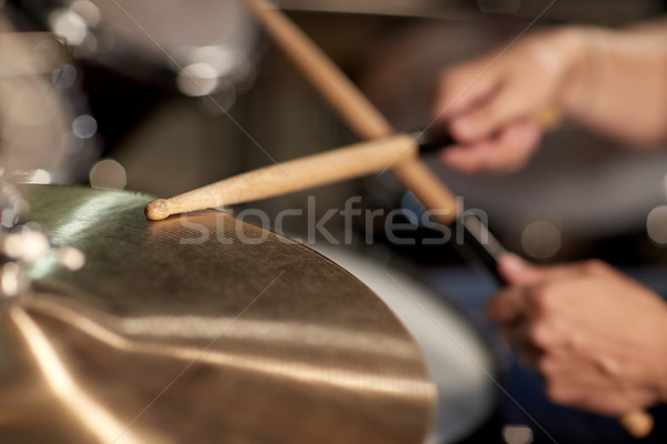 Férfi zenész játszik dobok koncert zene Stock fotó © dolgachov