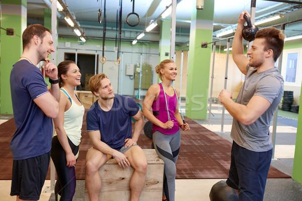 Grupo amigos artículos deportivos gimnasio fitness deporte Foto stock © dolgachov