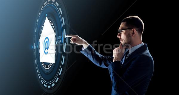 Empresário e-mail mensagem holograma pessoas de negócios futuro Foto stock © dolgachov