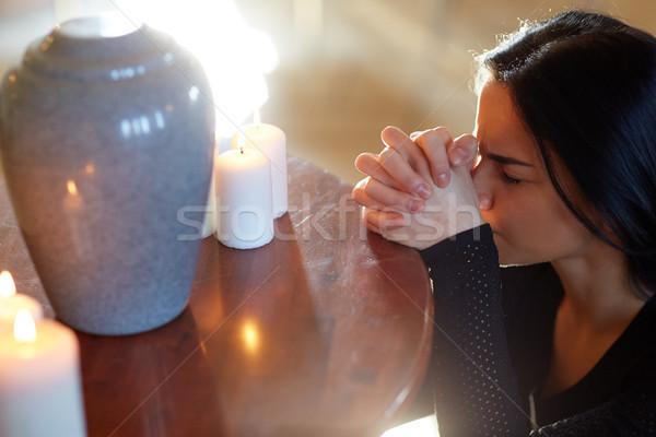 Triste donna urna pregando chiesa persone Foto d'archivio © dolgachov