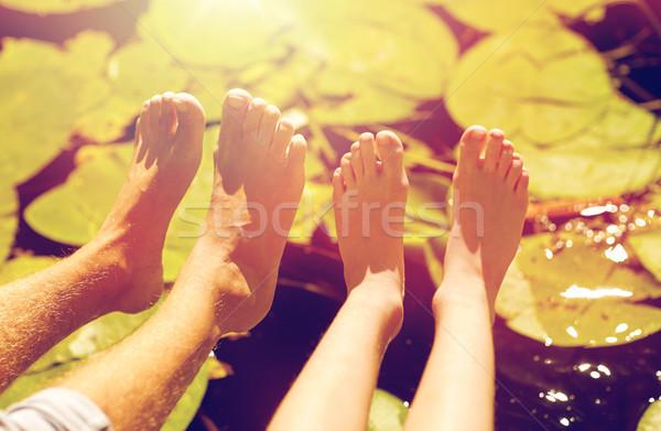 Grootvader kleinzoon voeten rivier familie generatie Stockfoto © dolgachov
