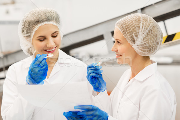 Kadın tatma dondurma fabrika gıda üretim Stok fotoğraf © dolgachov