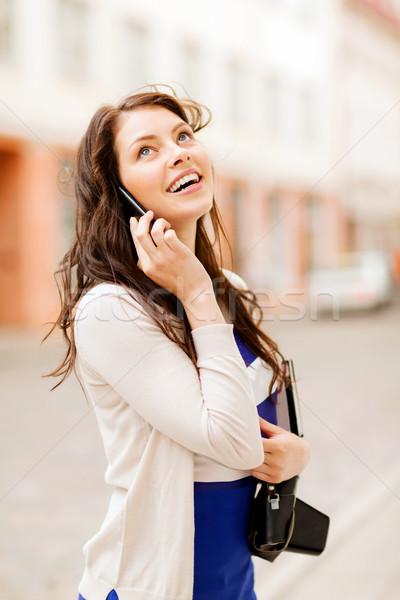 Meisje telefoon toeristische boek vakantie Stockfoto © dolgachov