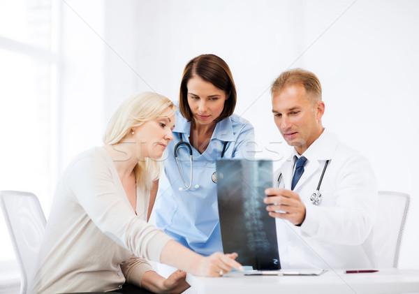 Doktorlar hasta bakıyor xray sağlık tıbbi Stok fotoğraf © dolgachov