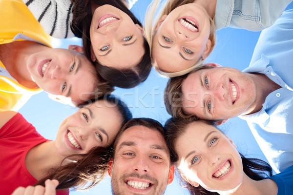Grupo adolescentes mirando hacia abajo verano vacaciones vacaciones Foto stock © dolgachov