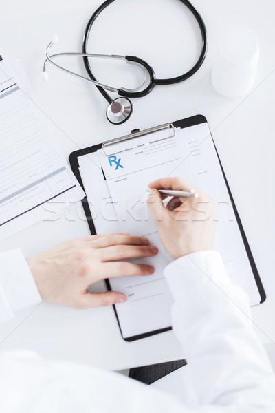 Médico do sexo masculino escrita prescrição papel família Foto stock © dolgachov