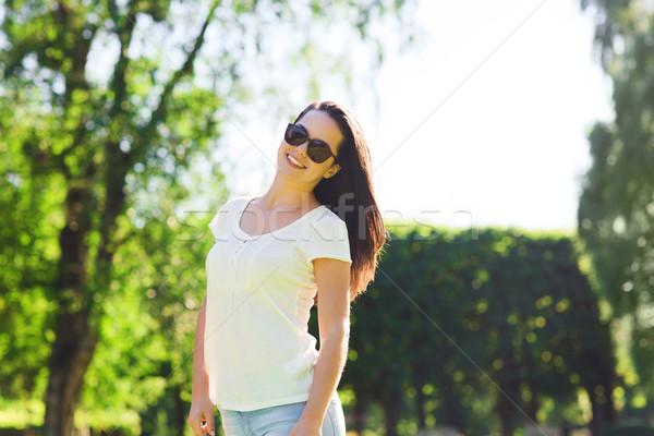 Mosolyog fiatal nő napszemüveg park nyár vakáció Stock fotó © dolgachov