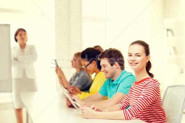 Vrouwelijke student klasgenoten computer klasse onderwijs Stockfoto © dolgachov