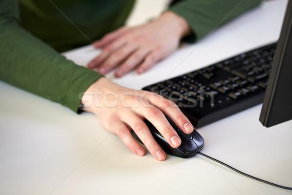 Masculino mãos mouse de computador escolas Foto stock © dolgachov