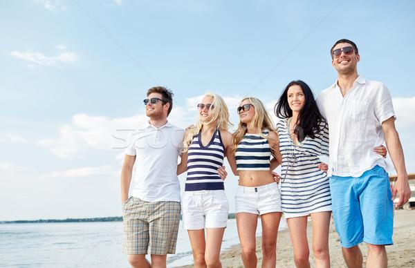 Glimlachend vrienden zonnebril lopen strand zomer Stockfoto © dolgachov