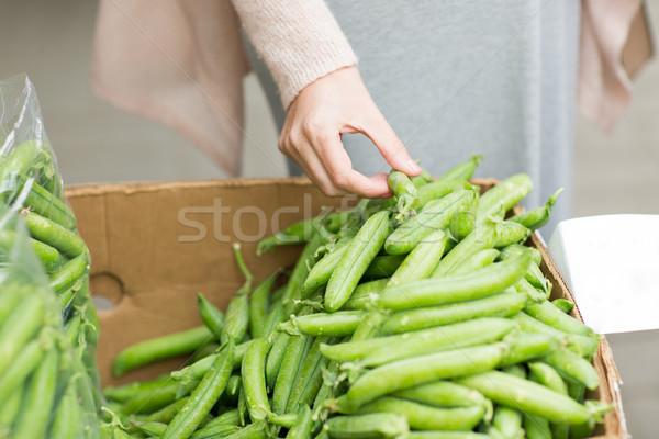 女子 手 選擇 綠色 豌豆 街頭 商業照片 © dolgachov