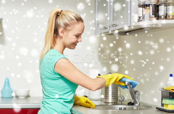 счастливым женщину очистки водопроводной домой кухне Сток-фото © dolgachov