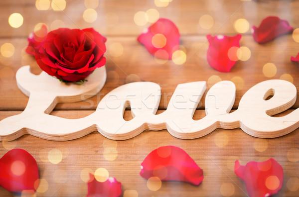 Kelime sevmek kırmızı gül ahşap Stok fotoğraf © dolgachov