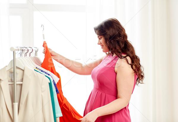 Boldog plus size nő választ ruházat ruhásszekrény Stock fotó © dolgachov