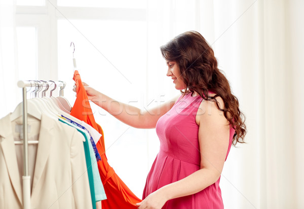 Gelukkig plus size vrouw kiezen kleding garderobe Stockfoto © dolgachov