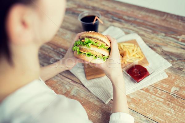 Femme mains hamburger restauration rapide Photo stock © dolgachov