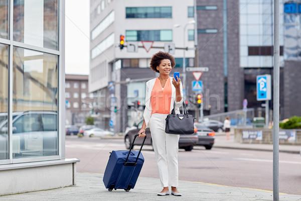 Boldog afrikai nő utazás táska okostelefon Stock fotó © dolgachov
