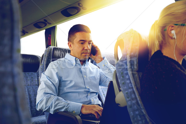 Adam dizüstü bilgisayar seyahat otobüs taşıma Stok fotoğraf © dolgachov