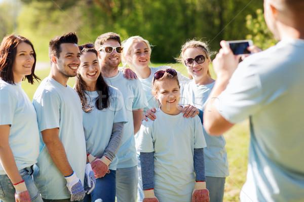 Csoport önkéntesek elvesz kép okostelefon önkéntesség Stock fotó © dolgachov