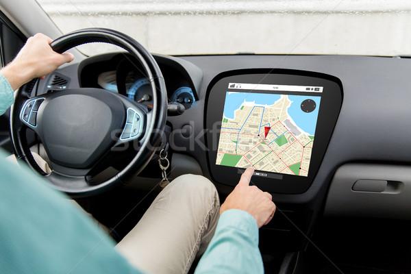 Człowiek jazdy samochodu GPS Pokaż Zdjęcia stock © dolgachov