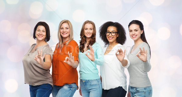 Groep gelukkig verschillend maat vrouwen tonen Stockfoto © dolgachov