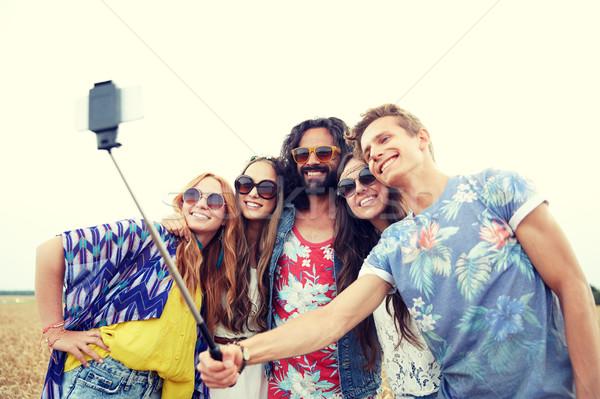Hippi barátok okostelefon bot természet nyár Stock fotó © dolgachov
