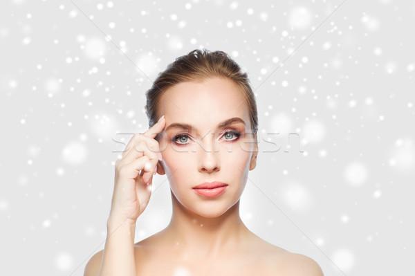 Piękna kobieta czoło śniegu piękna ludzi Zdjęcia stock © dolgachov